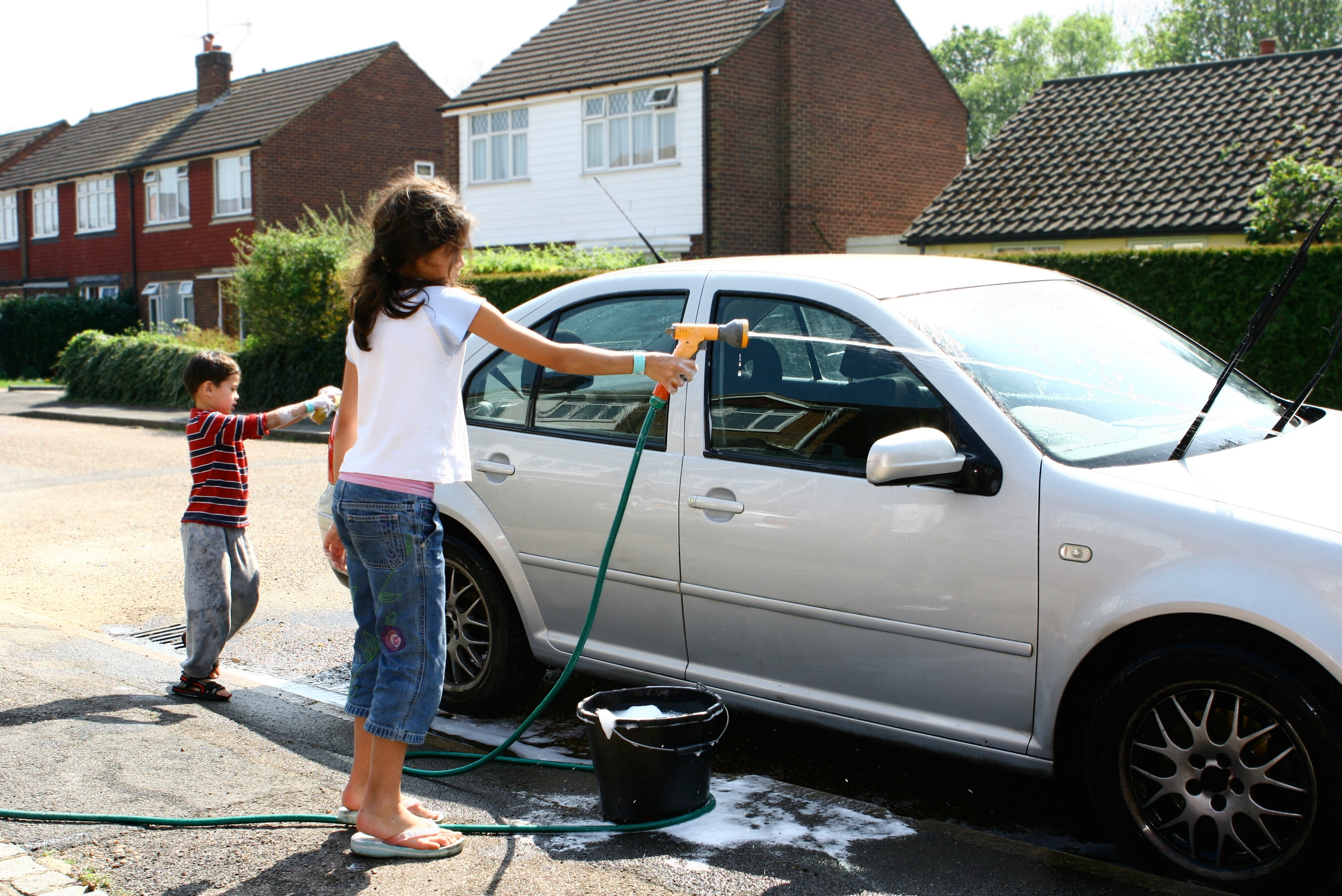 How to Naturally Wash Your Car and Clean the Interior